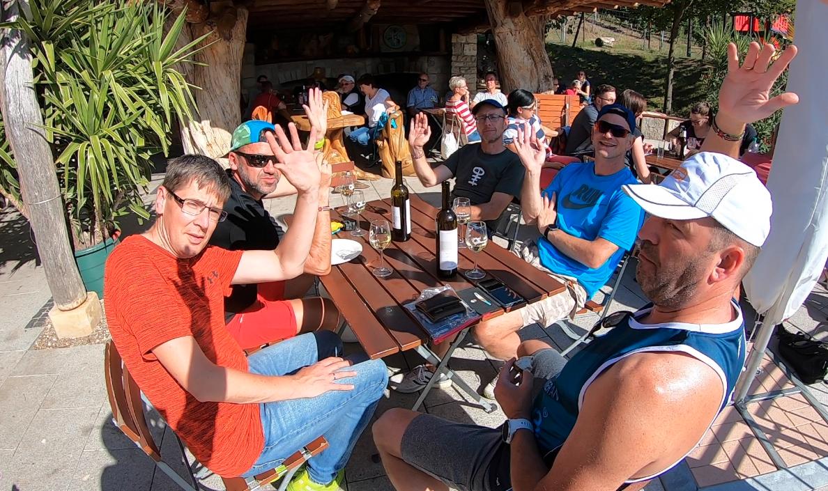 Die Teilnehmer des Laufbloggercamp 2019 bei der Weinprobe.